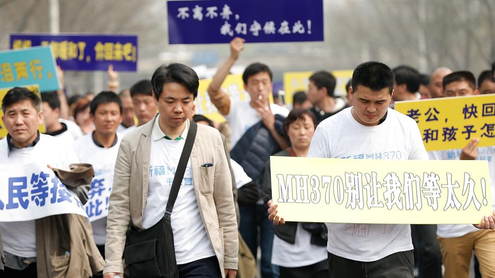 mh370中国乘客家属愤怒抗议
