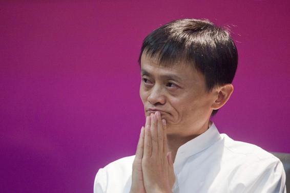 中国第一大电商企业阿里巴巴集团(Alibaba Group)的创始人马云(Jack Ma)宣布辞去集团首席执行官职务。阿里巴巴是竞争激烈的电商行业的领头羊,马云此举是其耗时长久的业务架构调整进程中的最新一步。 在致员工的一封信中,马云表示自己将于5月10日不再担任首席执行官职务,但将继续担任集团董事局主席。他在信中写道:在接下来的几年里,我将主要负责阿里巴巴董事局的战略决策,协助CEO做好组织文化和人才的培养,并将会和大家一起加强和完善阿里的公益事业。马云是中国互联网行业的教父以及中国企业管理领域的大师