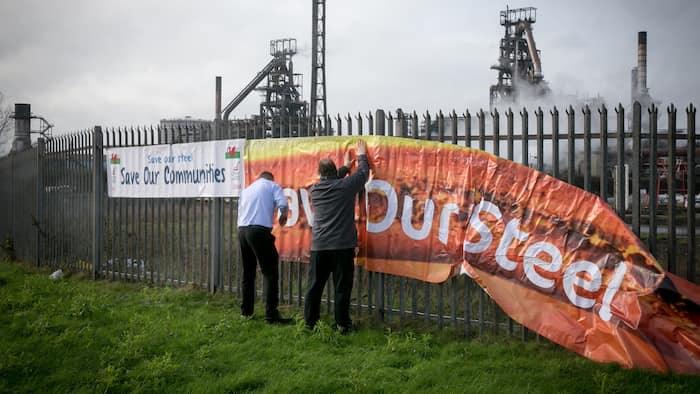 发出这一警告之际,英国最大钢厂宣布将削减1000多个工作岗位,此举引发指责称,面对中国低价倾销的洪流,英国政府未能维护钢铁业的利益。 英国以产量和员工队伍计最大的钢厂塔塔钢铁公司(Tata Steel)表示,塔尔博特港钢厂将裁减750个岗位,特罗斯特尔钢厂、科比钢厂和哈特尔浦钢厂将裁掉100个岗位以及200个辅助岗位。 这一决定突显了英国钢铁业遭到的重挫,2015年初时钢铁业就业总人数为3万人,过去一年该行业已裁减或宣布计划裁减6000多个工作岗位。