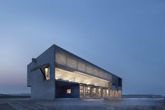 """随之,这幢秦皇岛北戴河沙滩上两层楼高,450平米的""""海边图书馆"""",迎来了"""