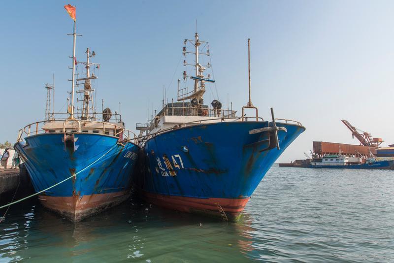 2017年4月8日,几内亚科纳克里港口内因涉嫌非法捕捞被当地渔政官员逮捕的三艘中国渔船。