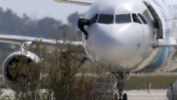 塞浦路斯当局逮捕了劫持埃及航班的男子,此前电视画面显示机上剩余人质逃离了这架飞机。 塞浦路斯外交部在Twitter上证实,劫机事件已经结束。塞浦路斯政府发言人尼科斯赫里斯托祖里德斯(Nikos Christodoulides)随后发帖证实,飞机上的所有人员均安全获释。官方在Twitter上发帖之前,安全部队对停在拉纳卡机场(Larnaca)的这架飞机采取了一些行动。 这架空客A320飞机在塞浦路斯降落后,劫机者和官方僵持了数小时。此前机组成员被迫改变了这架原定从亚历山大港飞往开罗的埃及国内航班的航线。飞机