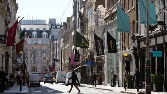 中国游客游完伦敦城里的威斯敏斯特大教堂(Westminster Abbey)、大笨钟(Big Ben)以及议会大楼(Houses of Parliament)等知名景点后,再去邦德街(Bond Street)逛逛高档珠宝首饰店换个口味,完全合乎情理。但他们或许未曾意识到的是:他们在店里淘手镯与瑞士腕表时,他们十分信任的导游就能拿到其所购货款的10%回扣。 通常说来,导游与旅行社及奢侈品零售商会订立协议:导游每笔交易的回扣是10%,旅行社的回扣则是2.